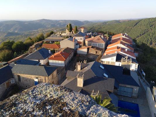 Blick von der Burg auf das älteste Viertel mit dem Friedhof