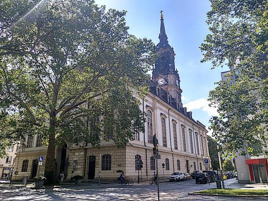 die Dreikönigskirche von hinten, vorn sind Denkmäler der drei Herren angebracht