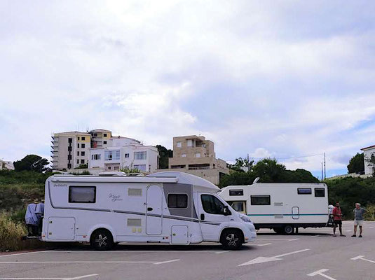 Parkplatz in Mahón, das andere Wohnmobil ist 38 Jahre alt und top in Schuss