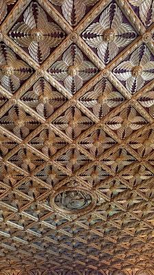Holzdecke mit Blattgold, aus jedem Quadrat blickt ein anderes Engelsgesicht herab