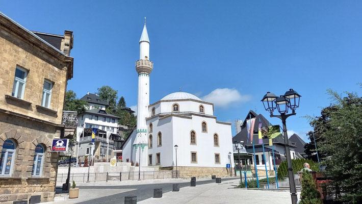 Moschee mit Minarett im unteren Zentrum von Jajce