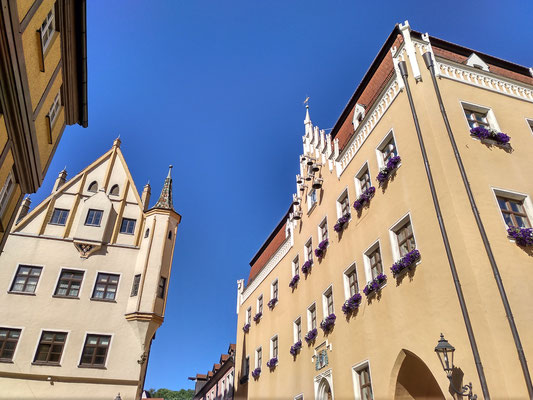 rechts das Rathaus