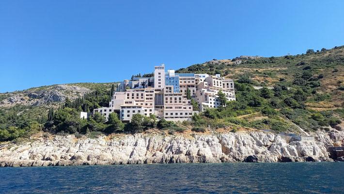 außer diesem Bauklotz erinnerte uns die herrlich grüne Küste auf Felsen an Mallorca