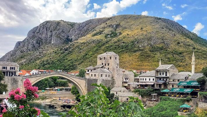 die Stari Most über dem Fluss Neretva, Anziehungspunkt für Massentourismus