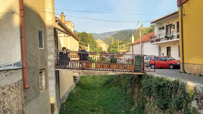 der Brückengang von der Straße zum Haus dient als Terrasse