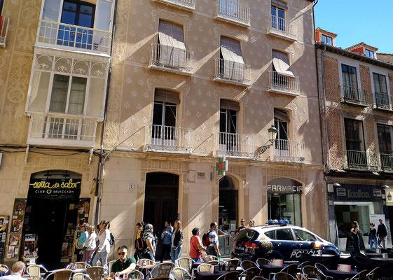 typische Fassadenverzierung im historischen Stadtkern