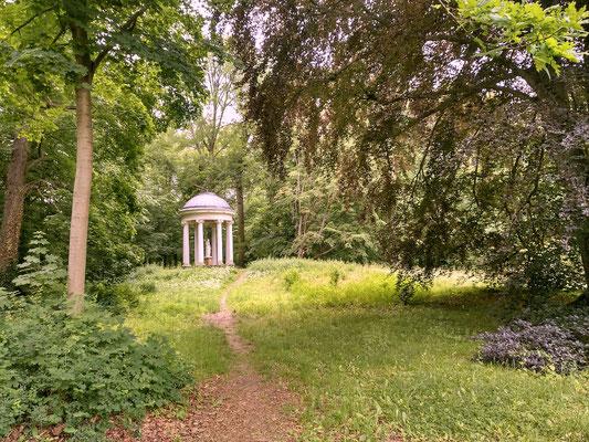 Pavillon in der Landschaft ohne jegliche Inschrift über wer und von wem