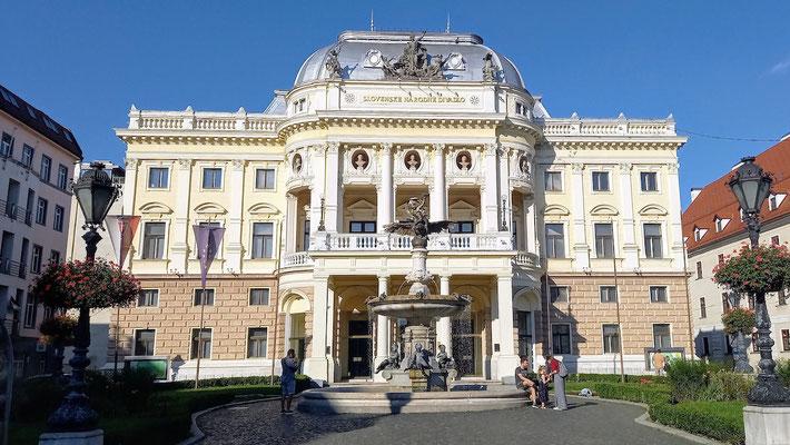 Nationaltheater und Oper, auch eine große Philharmonie gibt es in einem praächtigen Gebäude