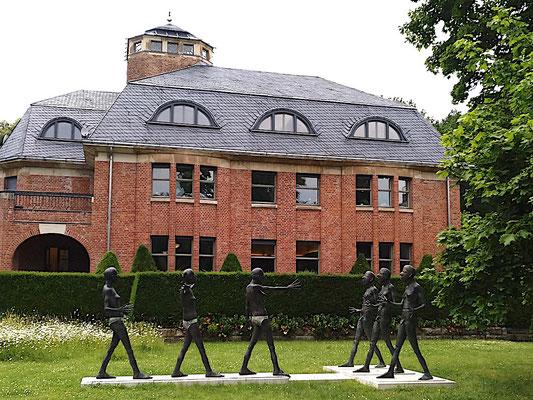 das Haus Schulenburg mit Geschlechterkampf im Vorgarten