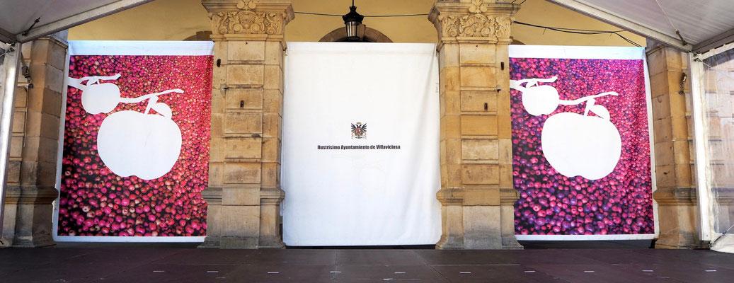 das Rathaus hat schon seinen Haupteingang für das anstehende Fest verkleidet