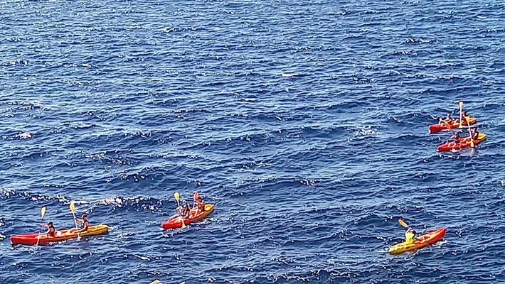 diese farbenfrohen Kanus werden an mehreren Stellen vermietet und schwärmen dann in Gruppen aus, angeführt von einem einheimischen Guide