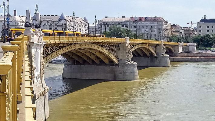 diese Brücke hat einen Knick in der Mitte, von dessen Spitze eine Straße auf die Donauinsel führt