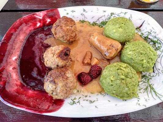 Fleischbällchen vom Hirsch mit Satans(!)Pilz, grünen Kartoffelklößen und Himbeersoße (die nicht ich so über den Teller verteilt habe, dass soll dekorativ sein)