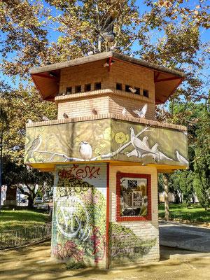 originelles Vogelhaus in einem kleinen Park im Zentrum