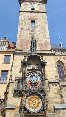 die astronomische Uhr, jede volle Stunde grüßen von hier die 12 Apostel
