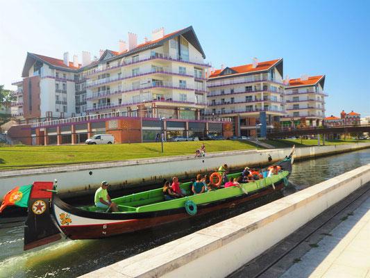 altes Boot vor neuen Wohnhäusern