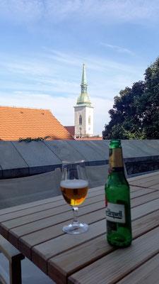 Erfrischung beim Abstieg in die Altstadt, in einem Café auf halber Höhe