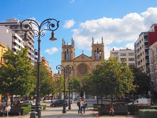 die Kathedrale von Gijon inmitten hoher Wohn- und NB Geschäftshäuser
