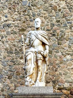 Karl der Fünfte aus dem Haus der Habsburger wurde der erste König Spaniens (Kastilien, León und Aragón), danach deutsch-römischer König und später Kaiser des römischen Reiches. Trotz dieser Karriere schaffte er es, als Rentner friedlich im Bett an Malaria zu sterben