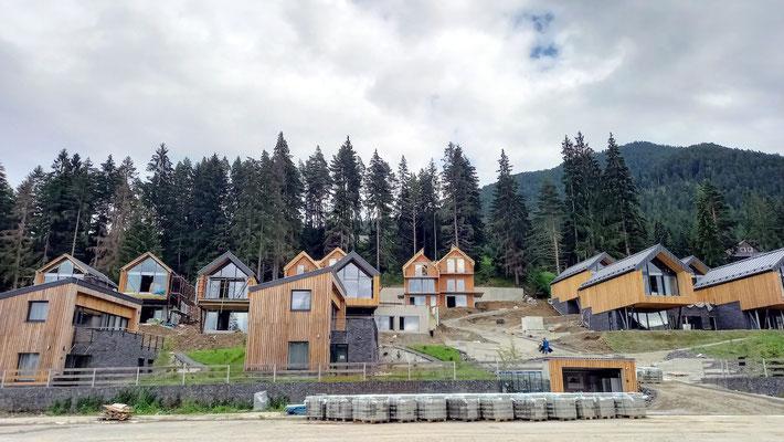 diese Ferienhausanlage wird gerade fertiggestellt, einige Häuser sind schon bewohnt
