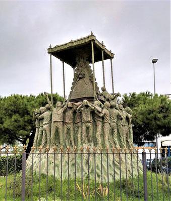 """... """"geraubt"""" von jungen Männern (Skulptur in Sanlúcar de Barrameda)"""