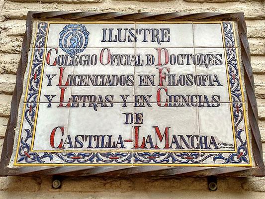 kunstvolle Tafel aus Kacheln am Eingang zur Universität