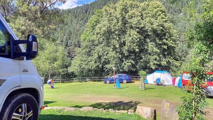 wie fast überall auf den Campingplätzen in den slawischen Ländern stellt sich jeder hin, wo er will - oder noch Platz findet