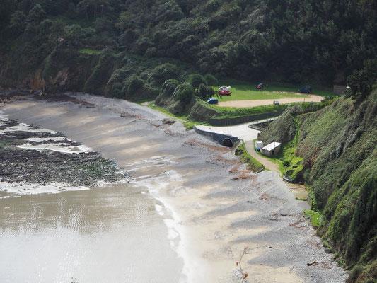 Strand der Stille mit mehreren Campervans auf dem Parkplatz