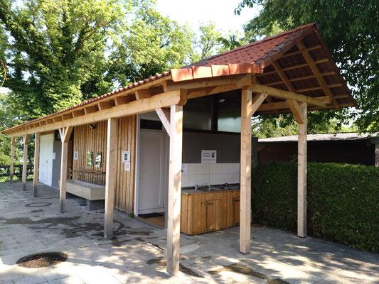 Toiletten und Geschirrwaschplatz im Häuschen neben der Ver- und Entsorgungsstation