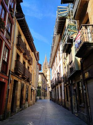 sonntäglich leere Straße in Richtung Kathedrale