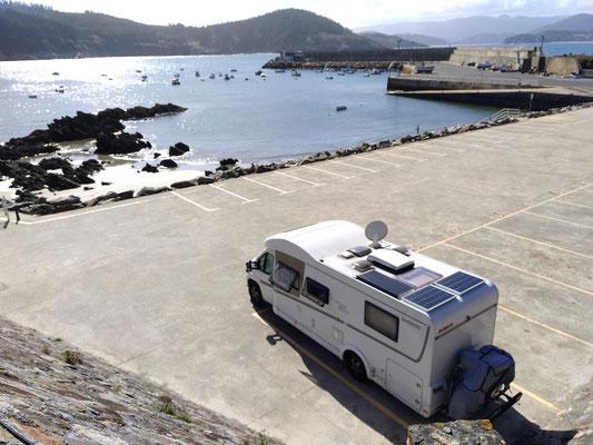 schöner Parkplatz am Hafen