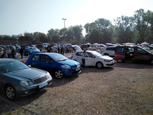 ... an Flohmarkttagen sieht der Parkplatz daneben so aus