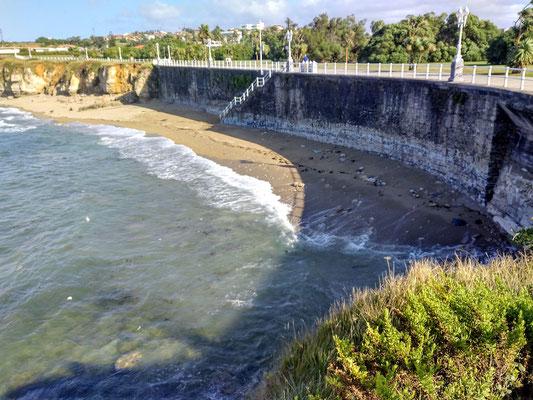 so hoch liegt die Promenade bei Ebbe über dem Strand liegt