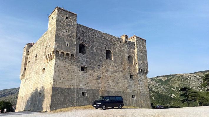 alte Burg mit neuem Fahrzeug