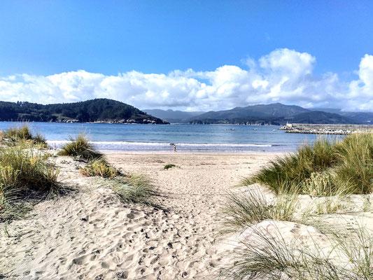 der Ort liegt an einer schönen Bucht mit Sandstrand