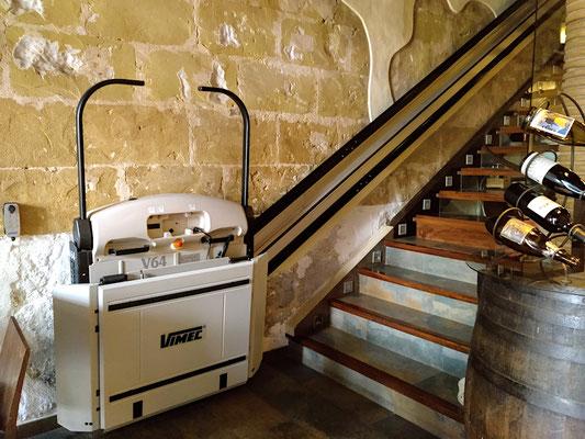 eine Treppe führt zu den Toiletten und einem weiteren Gastraum, bemerkenswert (leider immer noch) der Lift für Gehbehinderte