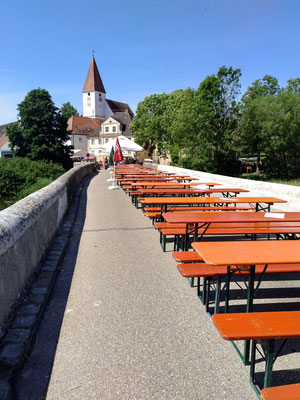 im Zentrum die Kirche, in den Straßen rundherum warten Biergartenbänke auf die Gäste