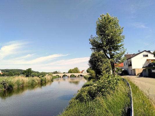 immer wieder geht es an kleinen Flüssen oder Kanälen entlang