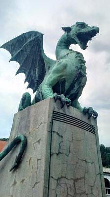 geflügelte Drachen bewachen die nach ihnen benannte Brücke