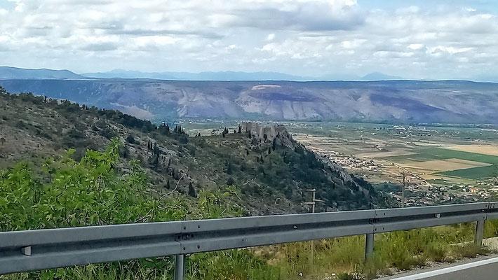 im Hintergrund eine Bergkette ohne Gipfel