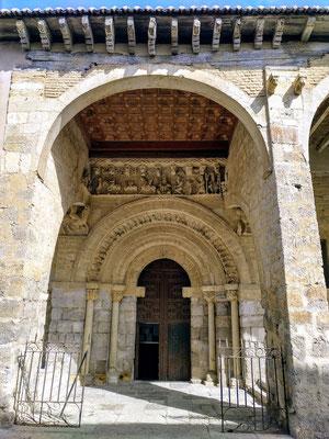 reich bestücktes Seitenportal der Santiagokirche