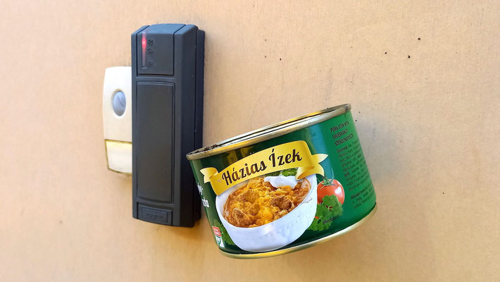 leegegessene Konservendose, in der die Zigarette ausgedrückt werden soll vor Betreten des Gebäudes