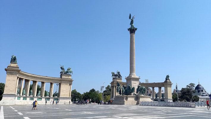 der Heldenplatz mit dem 36 m hohen Millenioumsdenkmal in der Mitte, von mir asymmetrisch fotografiert