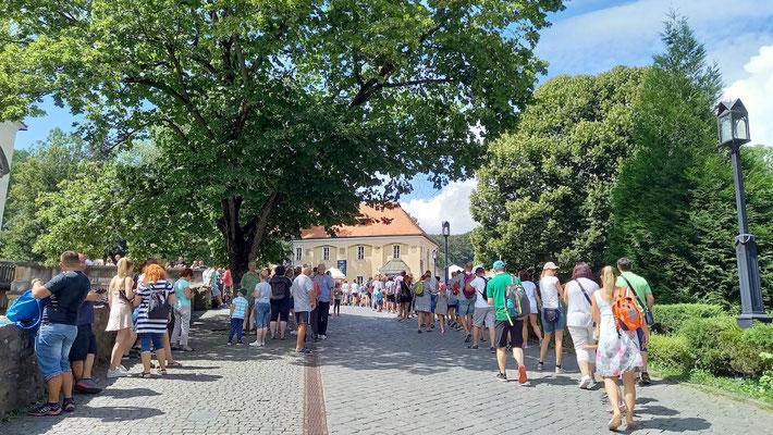 links Anstehen für Eintritt in das Schloss, rechts für den Zoo