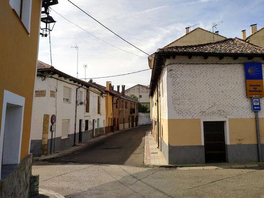 der Camino de Santiago und der Stellplatz liegen in derselben Richtung, wie die Schilder rechts im Bild zeigen