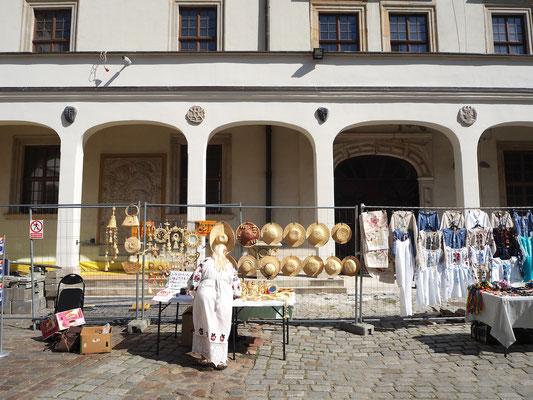 der Innenhof wird genutzt für den Verkauf von Handarbeiten aus der Region ...
