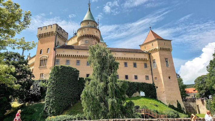ein imposantes Bauwerk ist Schloss Weinitz allemal