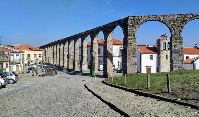 dieser Aquädukt zieht sich ganz lang durch die Altstadt