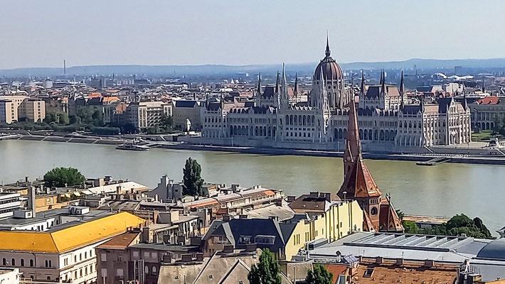 Blick vom gegenüberliegenden Ufer der Donau auf das Parlamentsgebäude