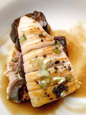 Tintenfisch auf im Vakuum gegarter (sous vide) Aubergine, köstlich!
